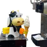【淡路サービスエリア】かわいい牛型の自動ソフトクリームロボットが新登場!