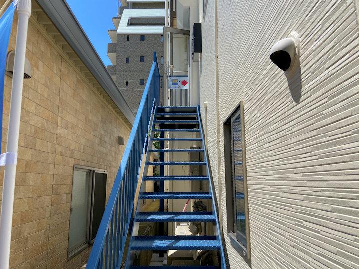 お店の入り口はこの階段を上がります