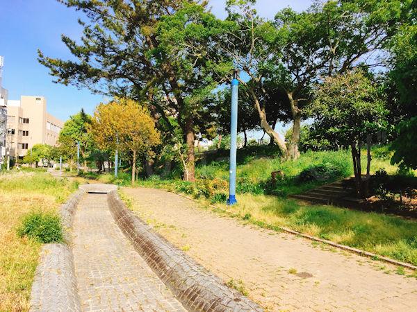 中崎遊園地を流れる水路