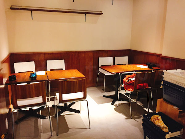 WAVAのテーブル席