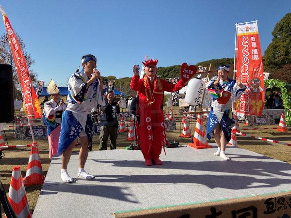 泉明石市長が踊っています