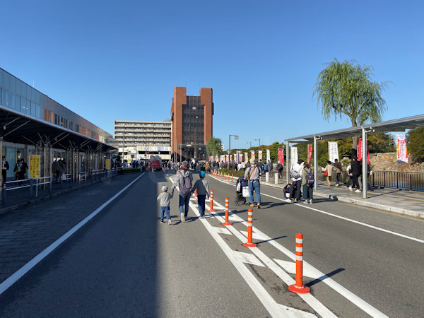 駅の北の道路は交通規制で歩行者天国