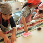 親子でジャンボ巻き寿司作りに挑戦