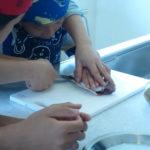 親子で魚をさばいてクッキング
