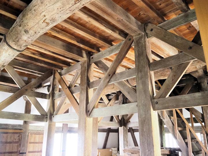 天井の大きな梁にも注目