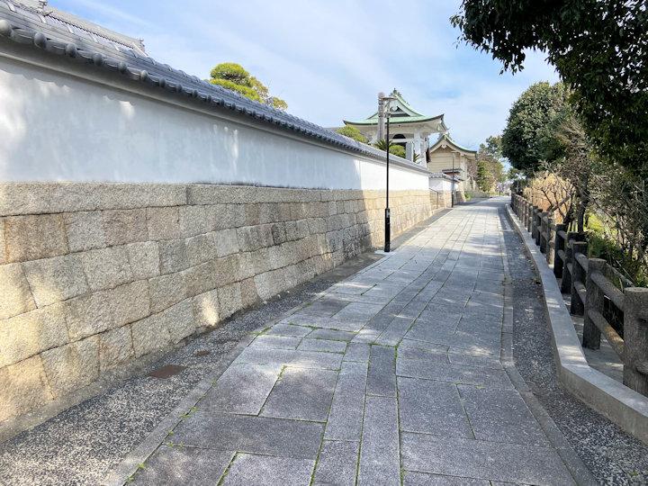 月照寺や柿本神社につながる参道
