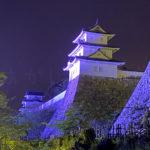 明石城がブルーにライトアップされています