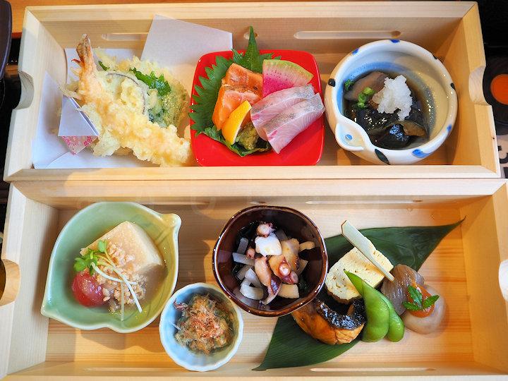 天ぷらに刺身、小鉢もたくさん